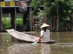 Inle-Inlay-Lake-Boat-Woman