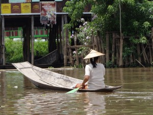 Inle-Inlay-Lake-Boat-Woman