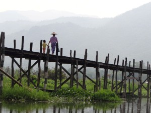 Inle-Inlay-Lake-Bridge-Boy